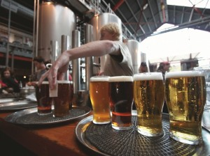 ビール+サーブする人